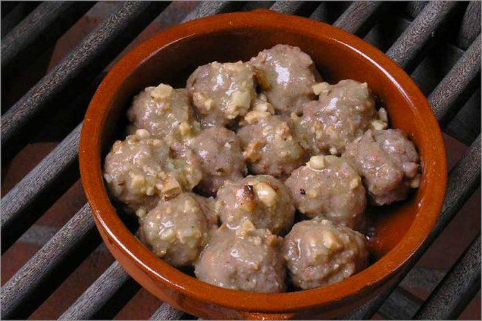 Receta de albóndigas con salsa de almendras fácil y rápida