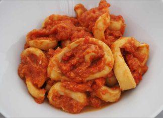 Receta de anillas de calamar con tomate fácil y rápida