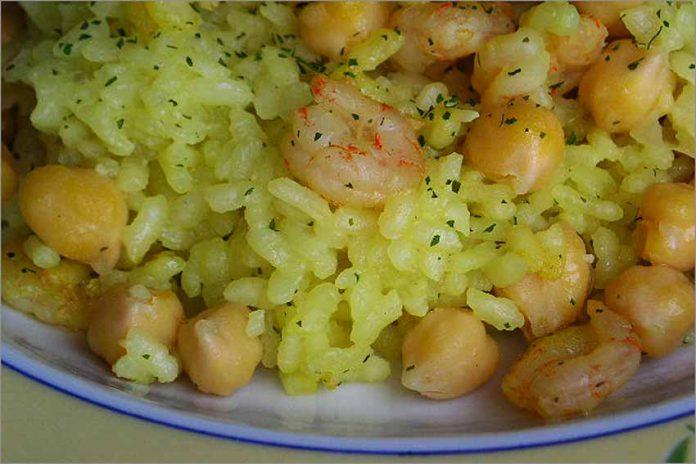 Receta de arroz con garbanzos y gambas fácil y rápida