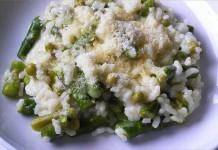 Receta de arroz cremoso con espárragos y guisantes fácil y rápida