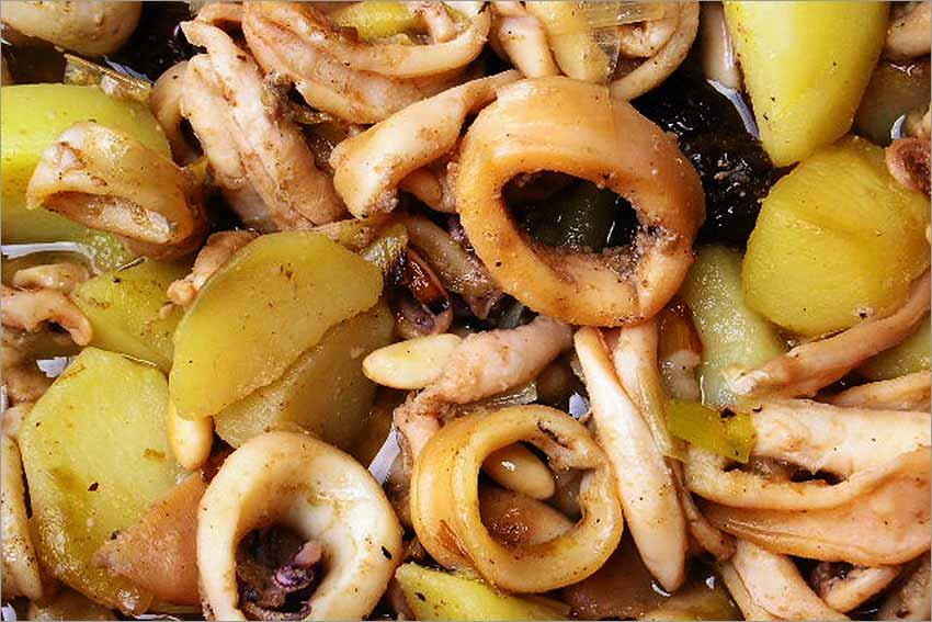 Calamares con patatas, pasas y piñones