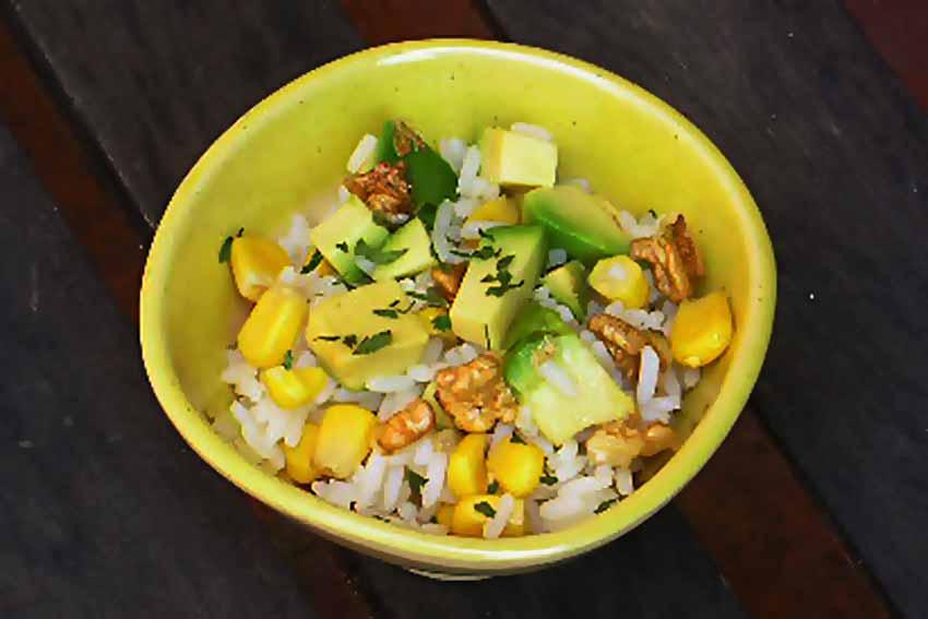 Ensalada de arroz con aguacate  y maíz