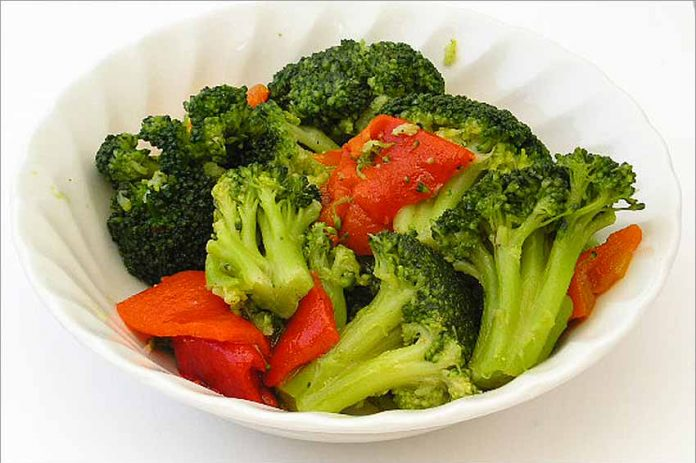 Receta de ensalada de brócoli con pimiento fácil y rápida