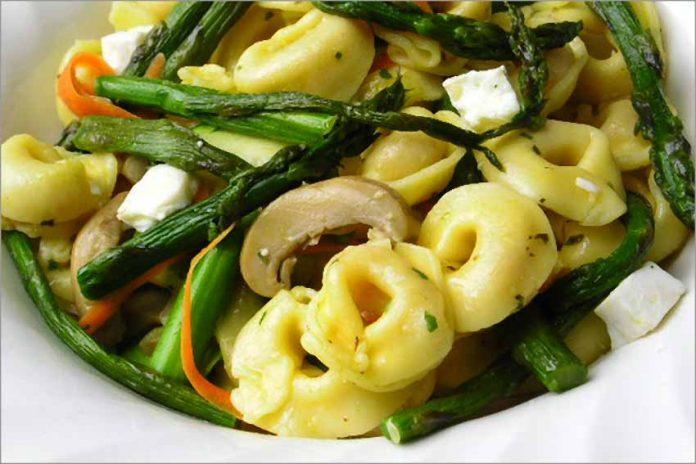 Receta de ensalada de tortellini con verduras fácil y rápida