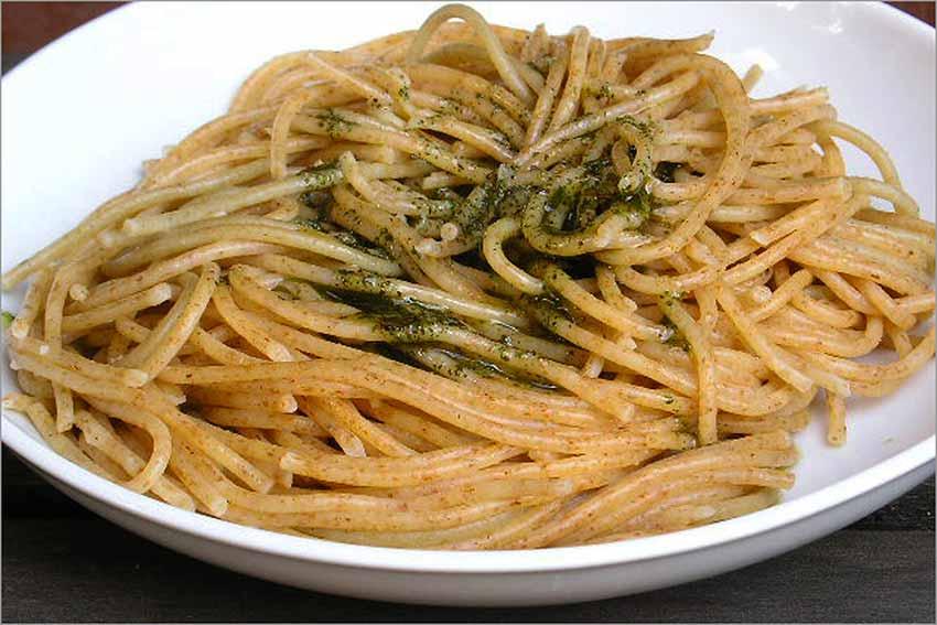 Espaguetis con albahaca