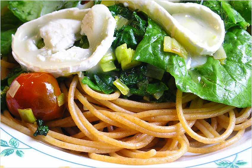 Espaguetis con espinaca y queso de cabra