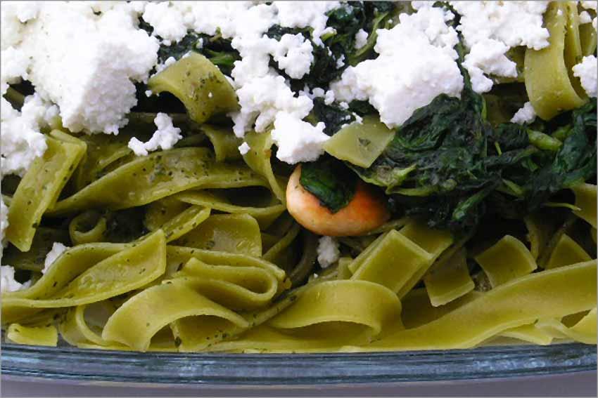 Fetuccini con rúcula, pesto y requesón