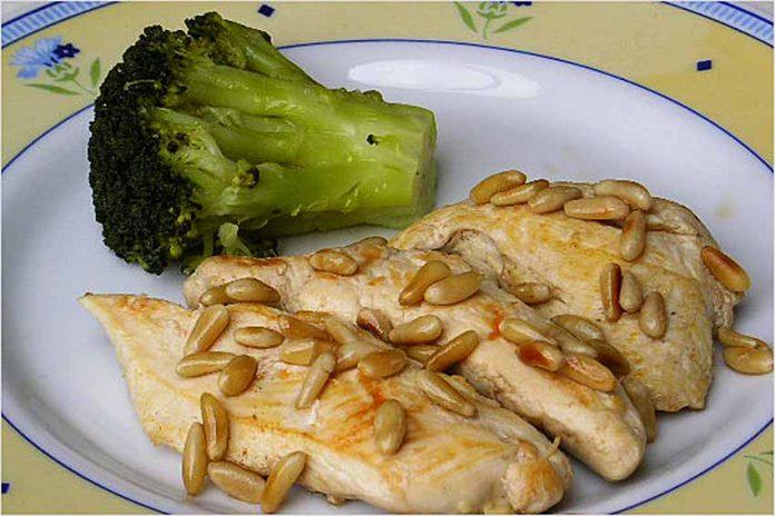 Receta de filetes de pollo con piñones fácil y rápida