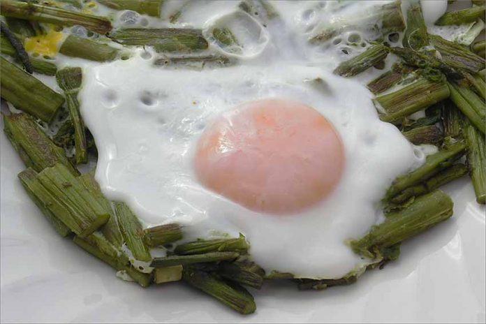 Receta de huevos con espárragos trigueros fácil y rápida