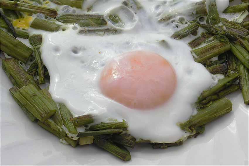 Huevos con espárragos trigueros