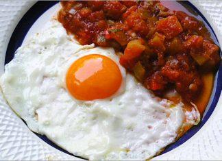 Receta de huevos con pisto de tomate fácil y rápida