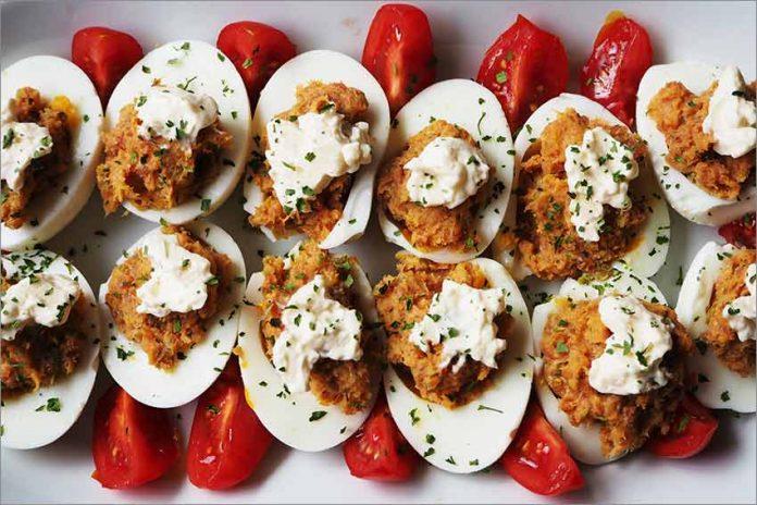 Receta de huevos rellenos de jamón y queso crema
