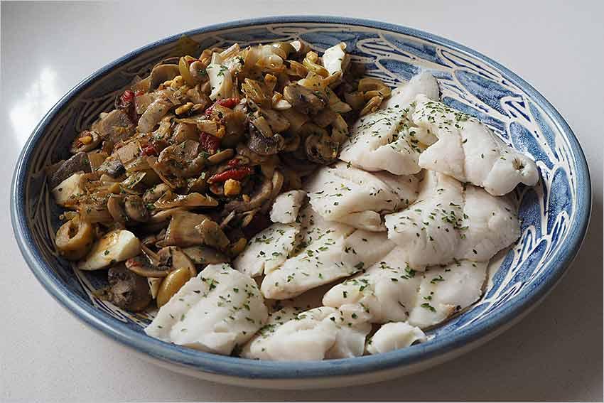 Merluza con champiñones y aceitunas