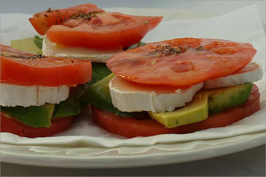 Montados de tomate, queso y aguacate